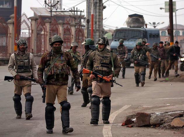 श्रीनगर में गश्त लगाते सीआरपीएफ जवान