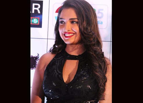 ब्लैक ड्रेस में हॉट दिख रही हैं आम्रपाली