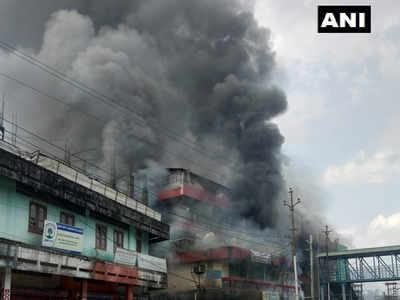 सार्वजनिक भवन में लगाई आग