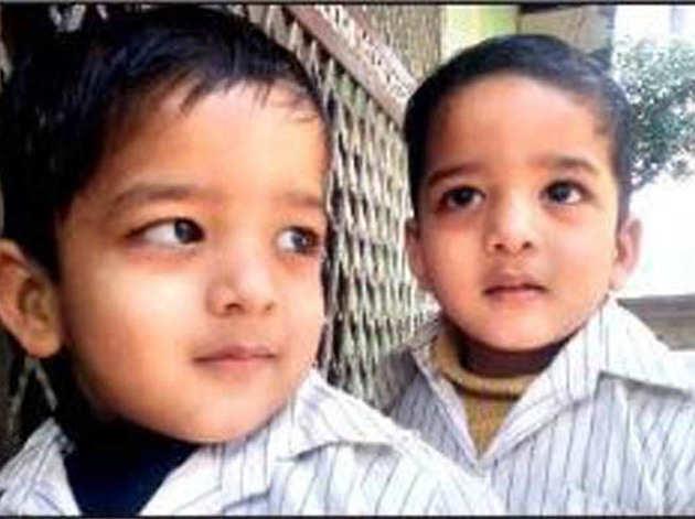 जुड़वा भाइयों की तस्वीर
