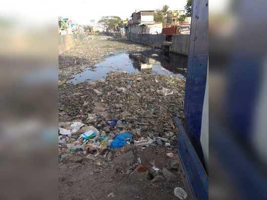 नाल्यामध्ये कचऱ्याचे साम्राज्य