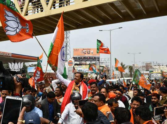 वाराणसी में केशव प्रसाद मौर्य ने बाइक रैली में भी भाग लिया