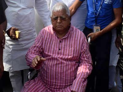 NDA की पटना रैली पर लालू का तंज- 'पान खाने के लिए गाड़ी रोकते थे तो इतनी भीड़ हो जाती थी'