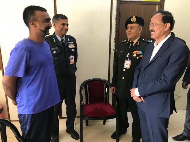 आर्मी अस्पताल में रक्षा राज्य मंत्री सुभाष भामरे ने अभिनंदन का हालचाल जाना।