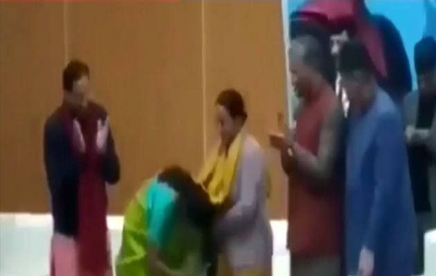 देखें: रक्षा मंत्री निर्मला सीतारमण ने छुए शहीद की मां के पैर