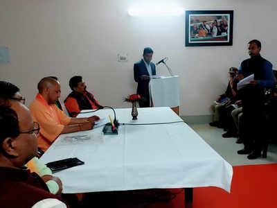 अधिकारियों संग बैठक करते सीएम योगी