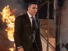 bollywood actor akshay kumar sets himself on fire in front of huge crowd