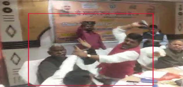 विडियो: भरी बैठक में बीजेपी सांसद शरद त्रिपाठी ने पार्टी के विधायक राकेश सिंह बघेल को जूतों से पीटा