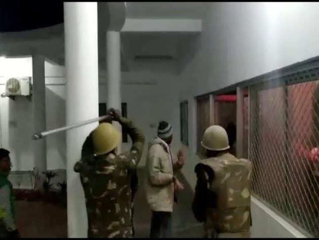 तोड़फोड़ करने वालों को भगाती पुलिस