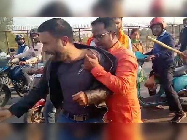 लखनऊ में ड्राइ फ्रूट्स बेच रहे कश्मीरी युवक की पिटाई