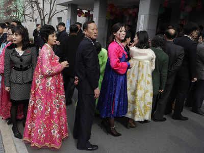 मतदान के लिए लाइन में खड़े नागरिक