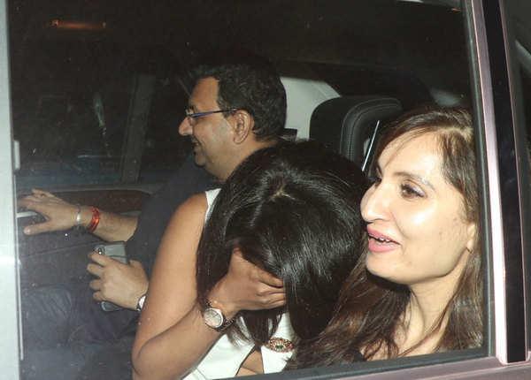प्रियंका ने अपना चेहरा ढंक लिया