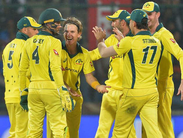 विकेट का जश्न मनाते ऑस्ट्रेलियाई खिलाड़ी।