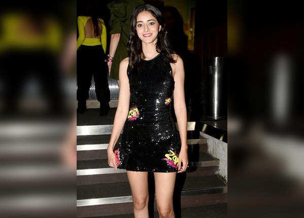 ब्लैक ड्रेस में काफी हॉट दिख रही थीं अनन्या