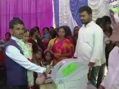 Chunaav Aayog Ki Anokhi Pahal, Saamoohik Vivaah Ke Dauraan Kapals Ne Seekha Iveeem Se Kaise Daalein Vote