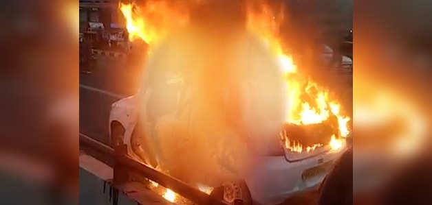 देखें: दिल्ली में अक्षरधाम मंदिर के पास चलती कार में लगी आग, 3 जलकर खाक