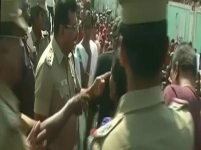 आंदोलकांना पोलिसाने केली मारहाण