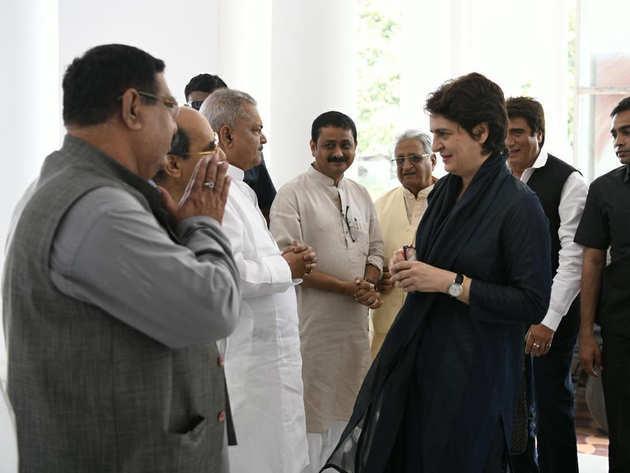 लखनऊ के कांग्रेस कार्यालय में प्रियंका गांधी