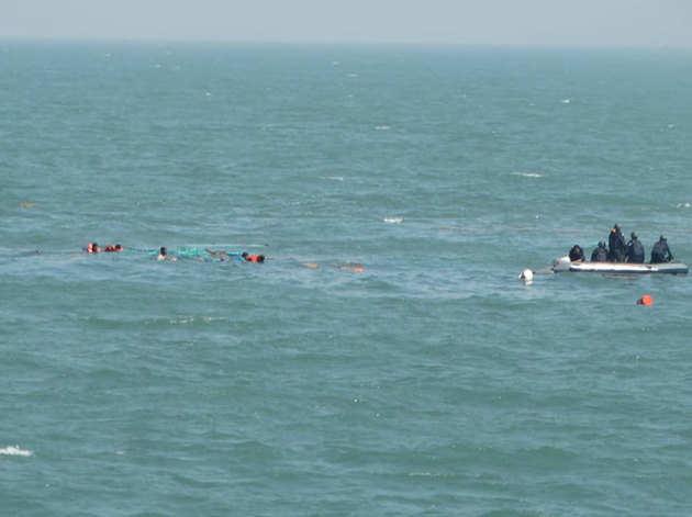 नाविकों को बचाते कोस्ट गार्ड के जवान