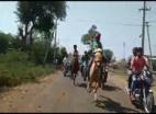 दौड़ते घोड़े से गिरा बच्चा, फिल्मी अंदाज़ में फिर सवार होकर जीता रेस