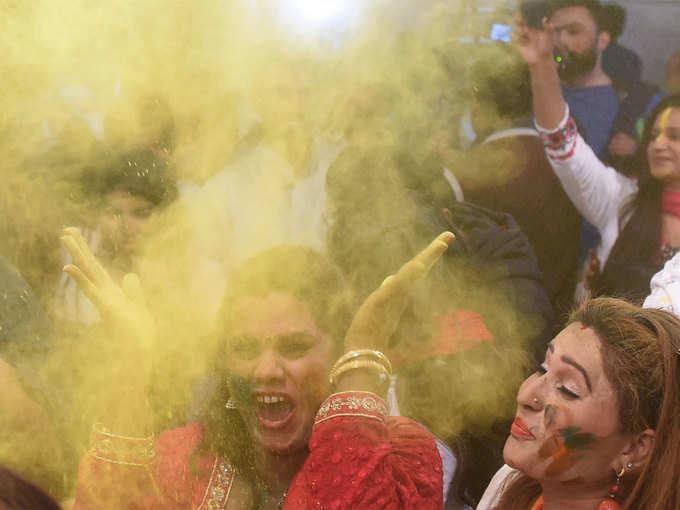 लाहौर में बिखरे होली के रंग