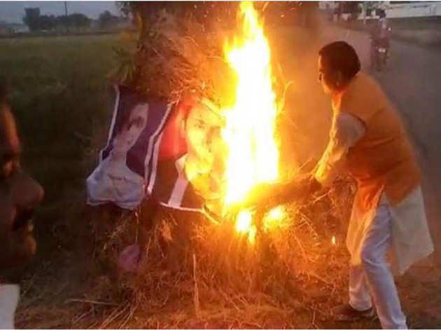 होलिका दहन में जलाए गए मायावती अखिलेश के पोस्टर