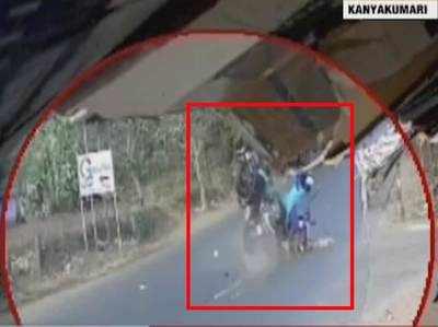 तेज रफ़्तार बाइक की स्कूटर से टक्कर, घटना हुई कैमरे में कैद