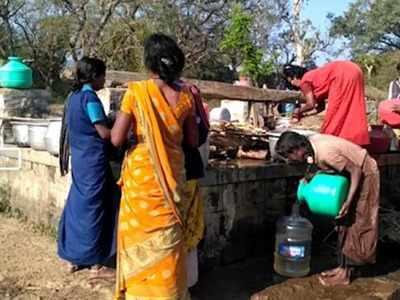 कुएं से रोज एक परिवार को आठ घड़ा पानी मिलता है