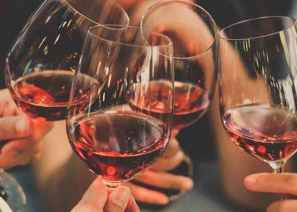 कौन कहता है खराब, यहां लोगों को नई जिंदगी दे गई शराब