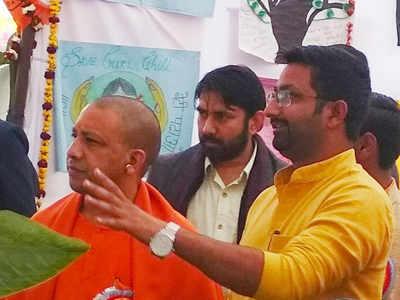 सीएम योगी आदित्यनाथ के साथ बीजेपी नेता दानिश आजाद (फाइल फोटो)