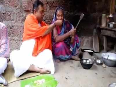 खाना खिलाते संबित पात्रा (विडियो ग्रैब)