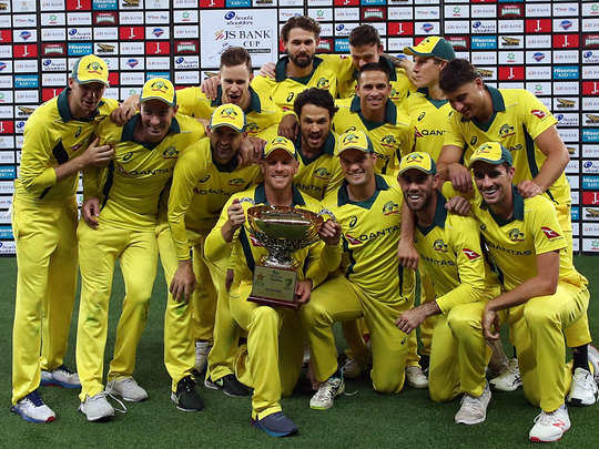 ट्रोफी के साथ ऑस्ट्रेलियाई टीम।