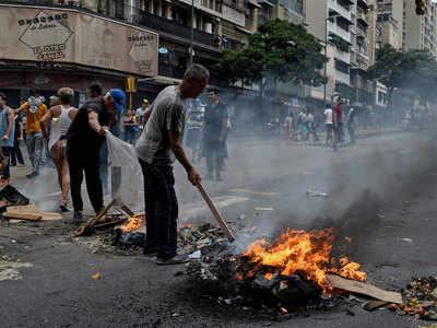 बिजली संकट के खिलाफ सड़कों पर उतरे लोग