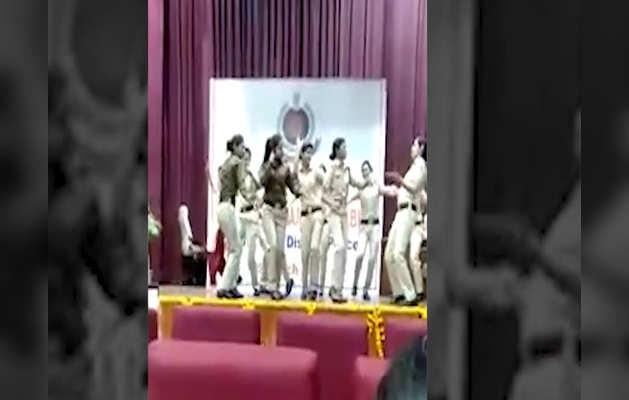 जब दिल्ली पुलिस की महिला कर्मियों ने सपना चौधरी के गाने पर किया डांस