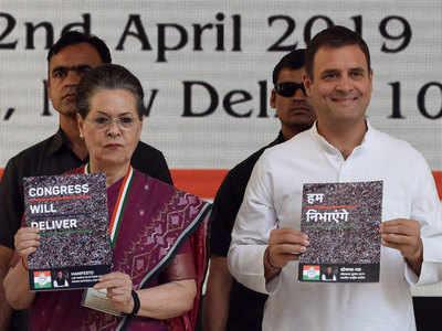कांग्रेस के घोषणापत्र के साथ सोनिया गांधी और राहुल गांधी
