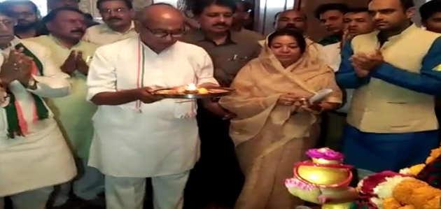 भोपाल: पार्टी कार्यकर्ताओं की बैठक में दिग्विजय सिंह ने मां नर्मदा की आरती की