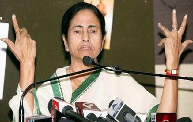 बंगाल में चुनाव आयोग का एक्शन, सीएम ममता बनर्जी के 'करीबी' अफसरों का तबादला