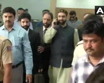 दिल्ली पहुंचे कश्मीर के अलगाववादी नेता मिरवाइज उमर फारूक।