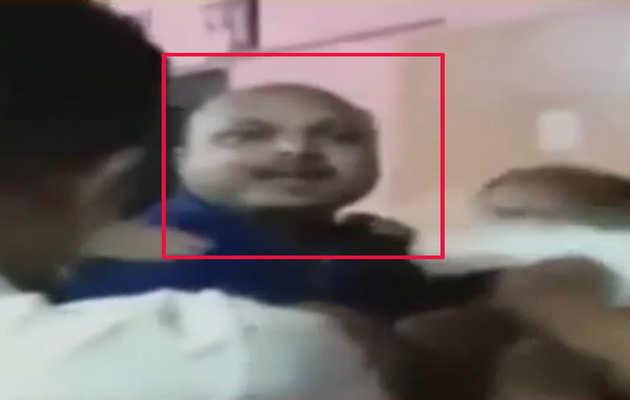 देखें, राज ठाकरे के खिलाफ फेसबुक पर लिखने वाले शख्स को MNS कार्यकर्ताओं ने पीटा