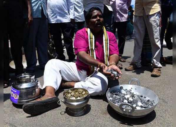25 हजार रुपये के सिक्के लेकर भरा नामांकन