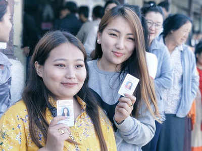सिक्किम में वोट डालने के लिए लाइन में लगी युवतियां