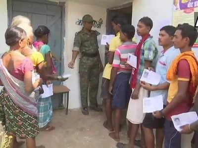दंतेवाड़ा में मतदान के लिए पहुंचे वोटर