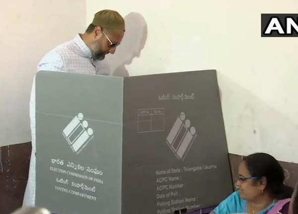 हैदराबाद से ओवैसी ने डाला वोट