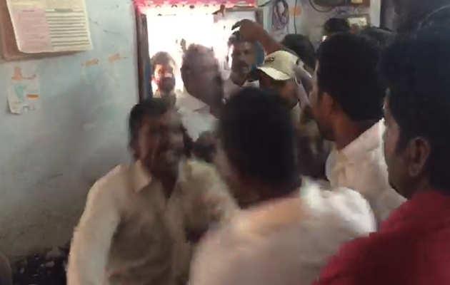 आंध्र प्रदेश चुनाव 2019:  टीडीपी और वाईसीपी के कार्यकर्ता नरसरावपेट में पोलिंग बूथ के अंदर आपस में भिड़े