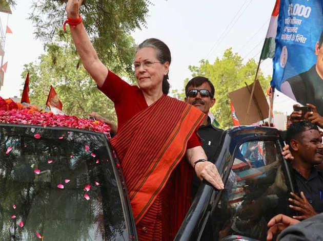 रोड शो के दौरान सोनिया गांधी