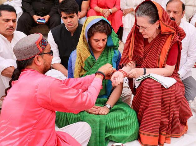 नामांकन से पहले सोनिया गांधी ने सपरिवार पूजा की