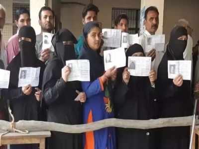 सहारनपुर के बूथ पर मतदाताओं की कतार