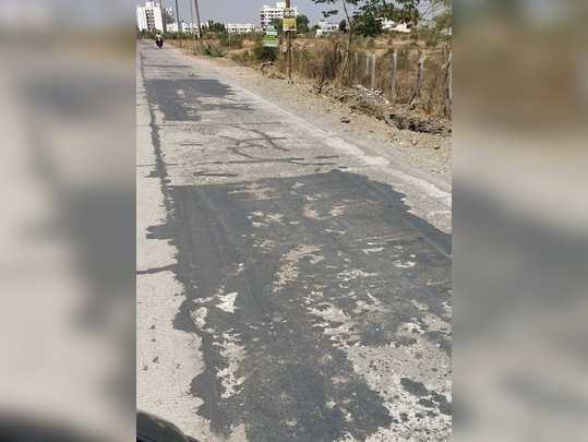 सिमेंटच्या रस्त्याला 3 महिण्यात खडे पाडले