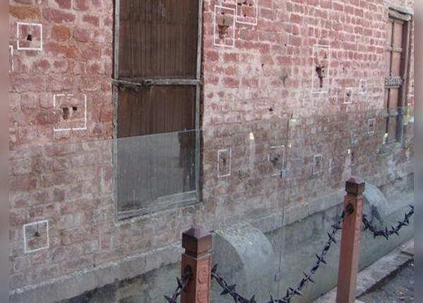 दीवारों पर मौजूद हैं गोलियों के निशान