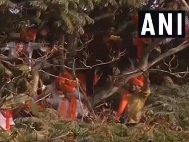 पेड़ पर चढ़े समर्थकों से पीएम ने किया आग्रह